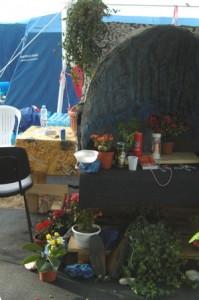 Dans les campements, de mini-chapelles viennent apporter du réconfort aux réfugiés. Photo : Delphine Bauer/Youpress