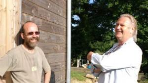 Serge Moëlo (à droite) et un habitant de l'écohameau. Photo:A.Cano/Youpress