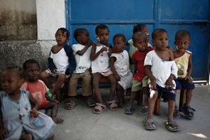 Le petit Simon, en tee-shirt rouge et bermuda vert, parmi les autres enfants, le 20 janvier 2010, quelques jours après le séisme. Photo : C. Fohlen