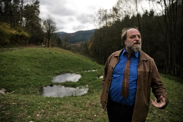 Le maire de Kaysersberg, Henri Stoll, au vallon de Toggenbach, ancienne décharge sauvage réhabilitée. © Juliette Robert