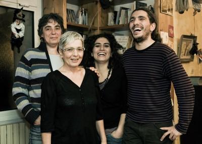 Pablo, sa sœur et leurs mères.  © Juliette Robert