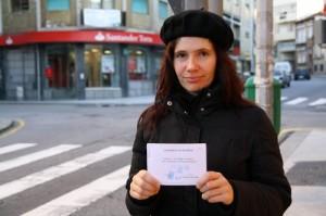 """Cristina Andrade et son carnet de """"Reçus verts"""". Crédits:D.Breger/Youpress"""