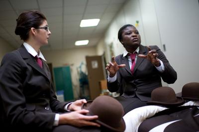 Gaelle et Yolande, élèves gouvernante d'enfants à l'academie des gouvernantes. © Julien Muguet