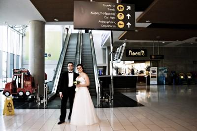 Darine et Marwanh à l'aéroport de Larnaca, à Chypre où ils vont se marier. © Juliette Robert/Youpress