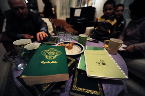 Soirée de lecture chez un couple de français protestants qui accueillent des tunisiens convertis. © Aude Osnowycz