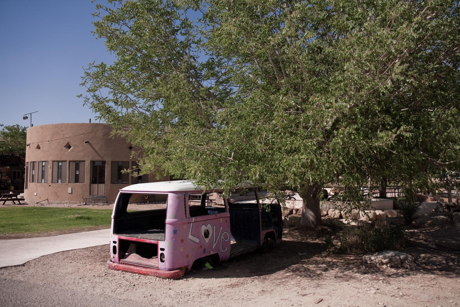 Un ancien minibus, près de l'entrée du kibbutz Samar.