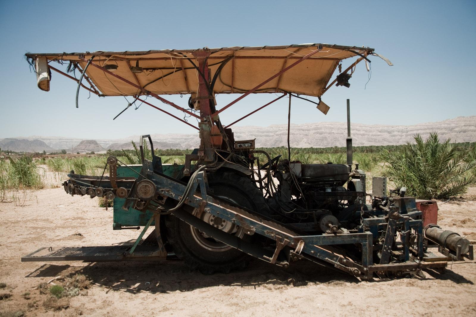 La machine de Noah qui lui permet de découper des carrés de gazon.