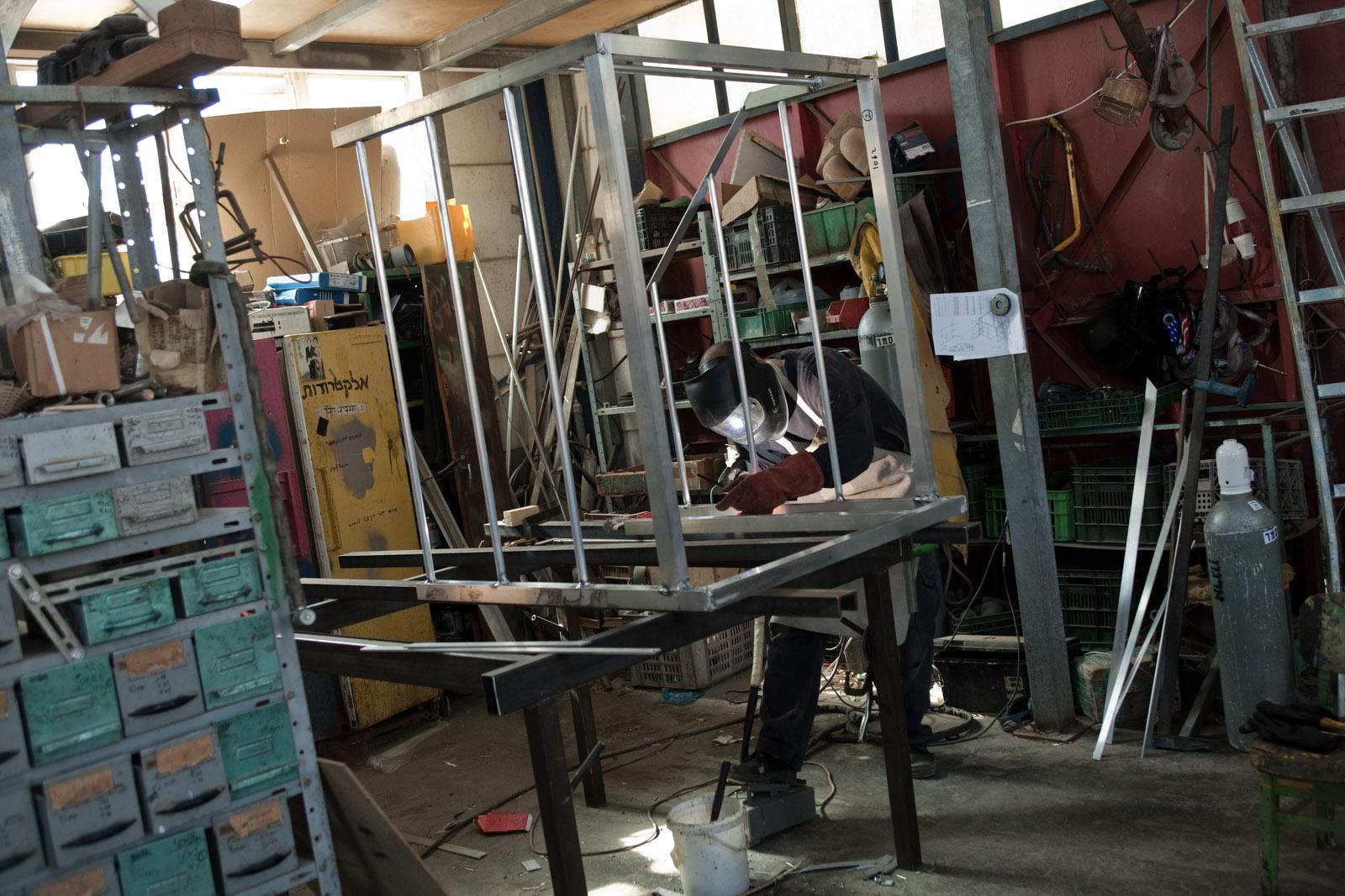 Yaniv, 47 ans, travaille à la mécanique, dans l'atelier du kibbutz.