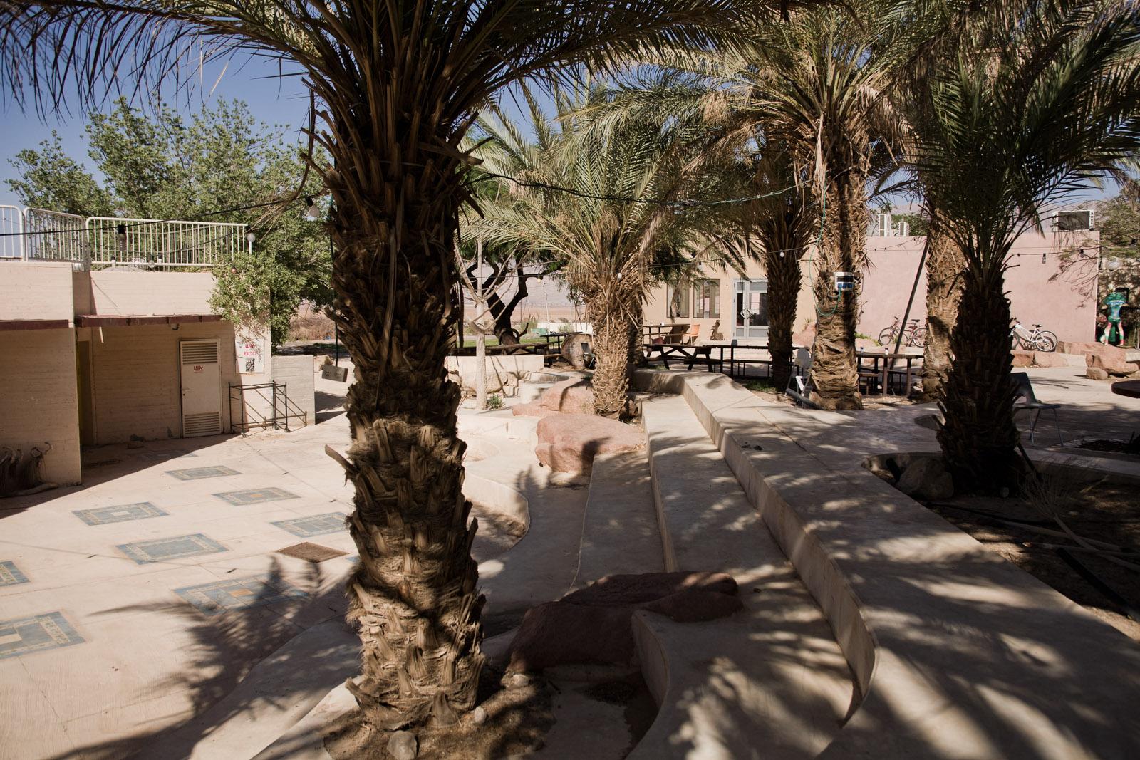 En face de la salle à manger commune, l'agora du kibbutz.