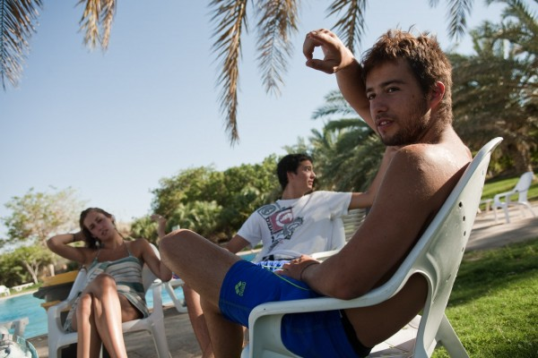 Roy, 19 ans, se détend près de la piscine après une journée de travail, il effectue son service civique au kibbutz. © Juliette Robert