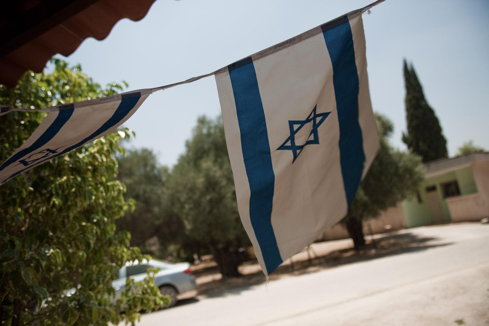 Drapeaux israeliens devant l'atelier de Lise-Rose.