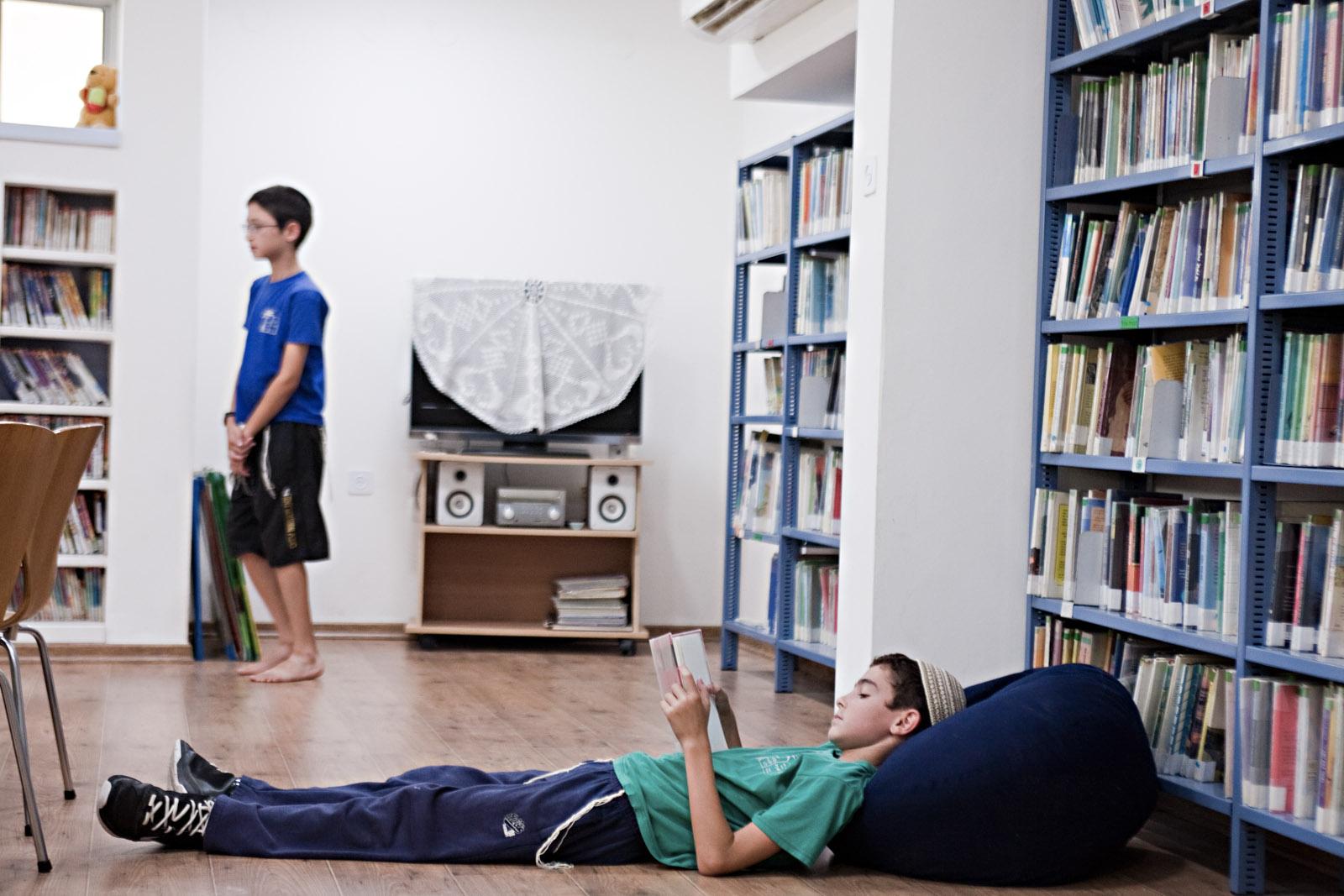 Des enfants lisent à la bibliothèque du kibbutz Sde Eliyahu