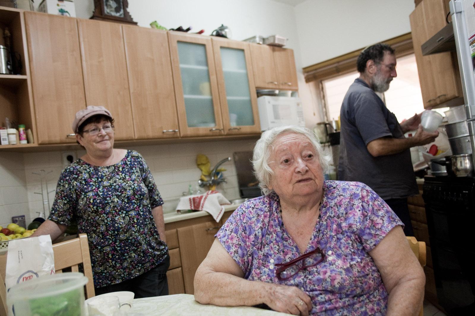 Tsila, sa mère Tova et Beni Gavrieli, chez eux, le soir.
