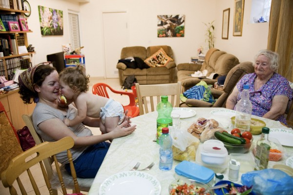 Quatre générations se retrouvent pour le dîner, chez Beni au kibbutz Sde Eliyahu. © Juliette Robert