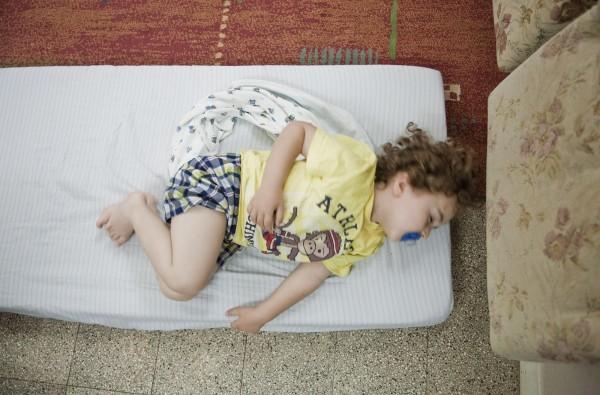 Un enfant dort, au jardin d'enfants Hand in Hand d'Haïfa. © Juliette Robert
