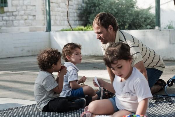 Noam, son fils et son ami, à la fête du jardin d'enfants Hand in Hand. © Juliette Robert