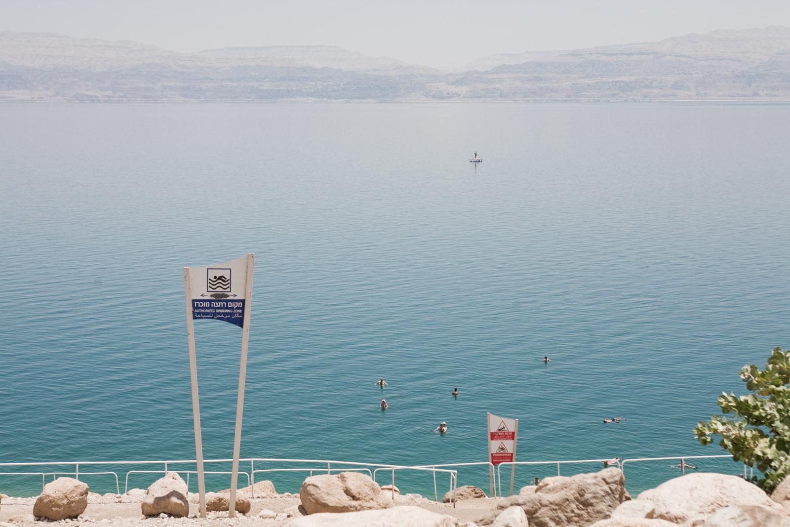 L'accès au lieu de baignade de la Mer Morte, en bas du kibbutz Ein Guedi.