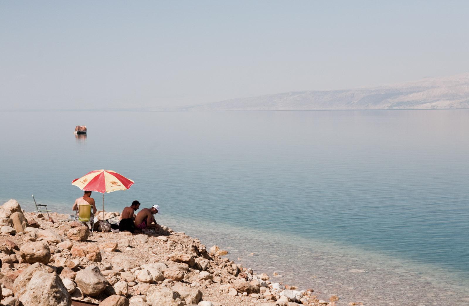 Des touristes se baignent dans la Mer Morte.