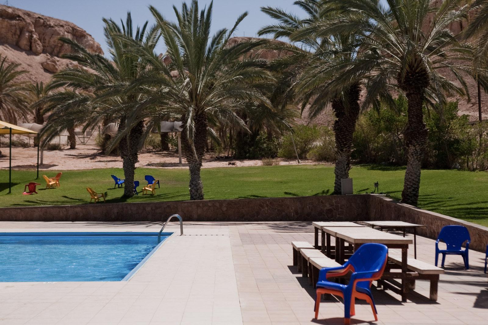 La piscine du confortable kibbutz YotVata, dans le désert du Neguev.