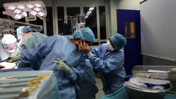 Lors d'une greffe, les chirurgiens et infirmières de bloc peuvent rester des nombreuses heures debout, sans bouger. L'opération demande concentration et dextérité. © Axelle de Russé