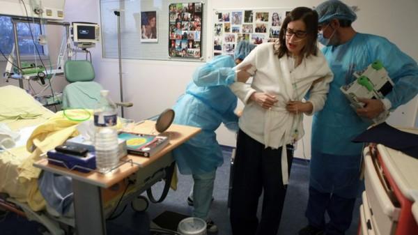 Les journées qui suivent la greffe sont éprouvantes pour Laurène. Suite à des lésions post opératoires, elle doit réapprendre à marcher. c'est douloureux. © Axelle de Russé