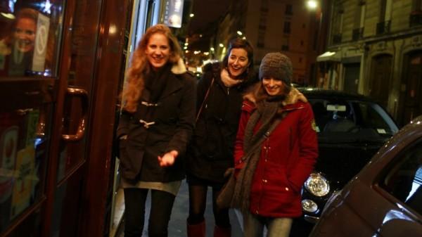 30 décembre 2013. laurène et ses deux meilleures amies, Julie et Marie, se retrouvent pour dîner et préparer leur réveillon. © Axelle de Russé