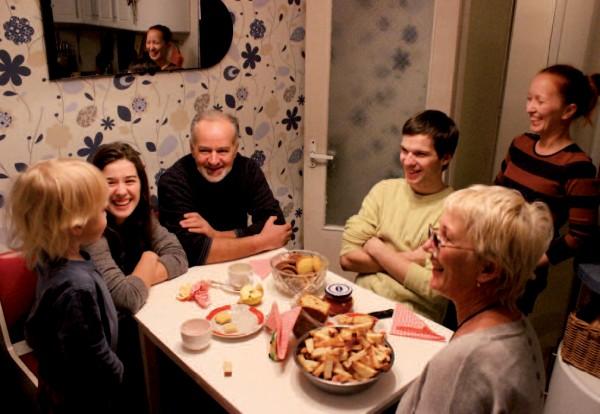 Aleksandr, entouré de ses enfants Katia et Grégory, dans la banlieue de Kiev. Cette famille attend beaucoup de l'association avec l'Union européenne. © Ilioné Schultz