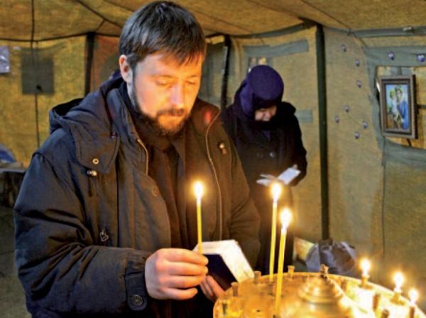 Le père Lesnyak, grec-catholique, présidait des offices dans une tente installée sur Maïdan. © Ilioné Schultz