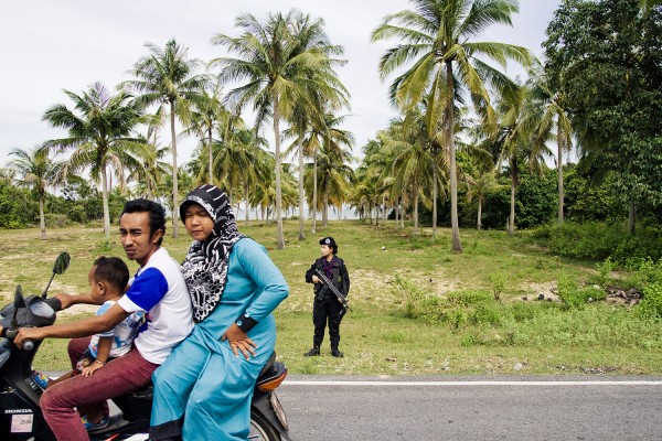 Femmes rangers effectuant un contrôle routier. © Moland Fengkov/Haytham Pictures
