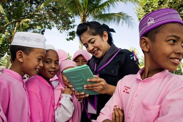 Femmes rangers effectuant une visite et animant des jeux dans une école musulmane. © Moland Fengkov/Haytham Pictures