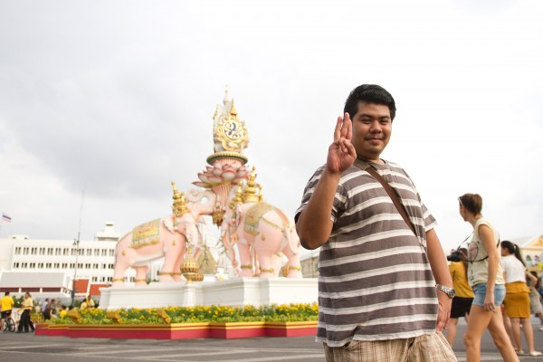 """©Moland Fengkov/Haytham Pictures - """"Hunger games"""" et le signe des trois doigts levés est devenu en Thaïlande le symbole de la résistance face au régime de la junte militaire ayant pris le pouvoir en mai 2014 à la suite d'un coup d'état."""