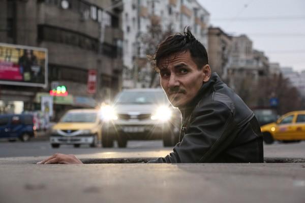 Léonard, 34 ans, s'engouffre sous terre. Il y vit depuis 10 ans. © Fanny Bouteiller
