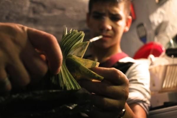 La vente de la drogue et des matériaux récupérés permet à la petite communauté de s'acheter de quoi subsister. © Fanny Bouteiller