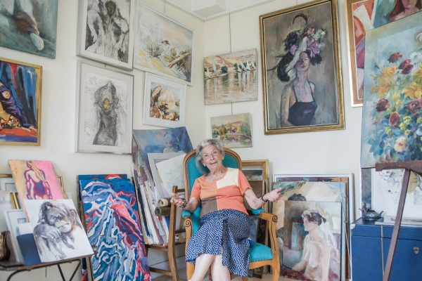 Juliette Juillard, 91 ans, ancienne peintre au milieu de ses oeuvres dans sa chambre. ©Juliette Robert/Youpress