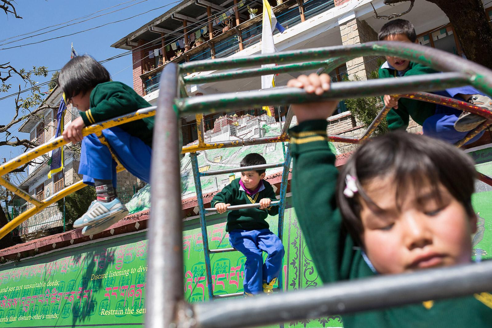 Des enfants s'amusent après leur pause déjeuner. A l'arrière-