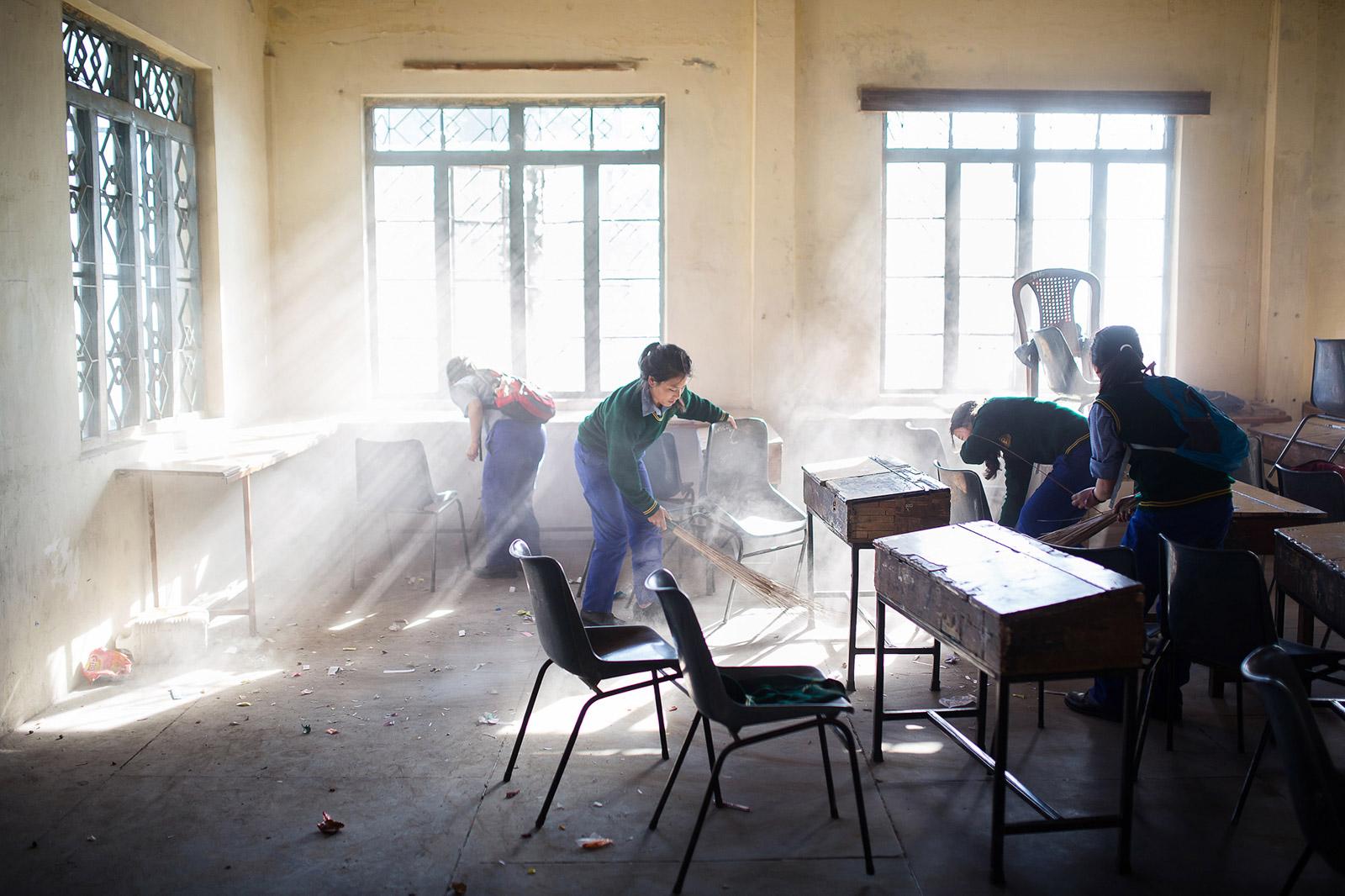 A la fin des cours, vers 16h, les élèves nettoient entièremen