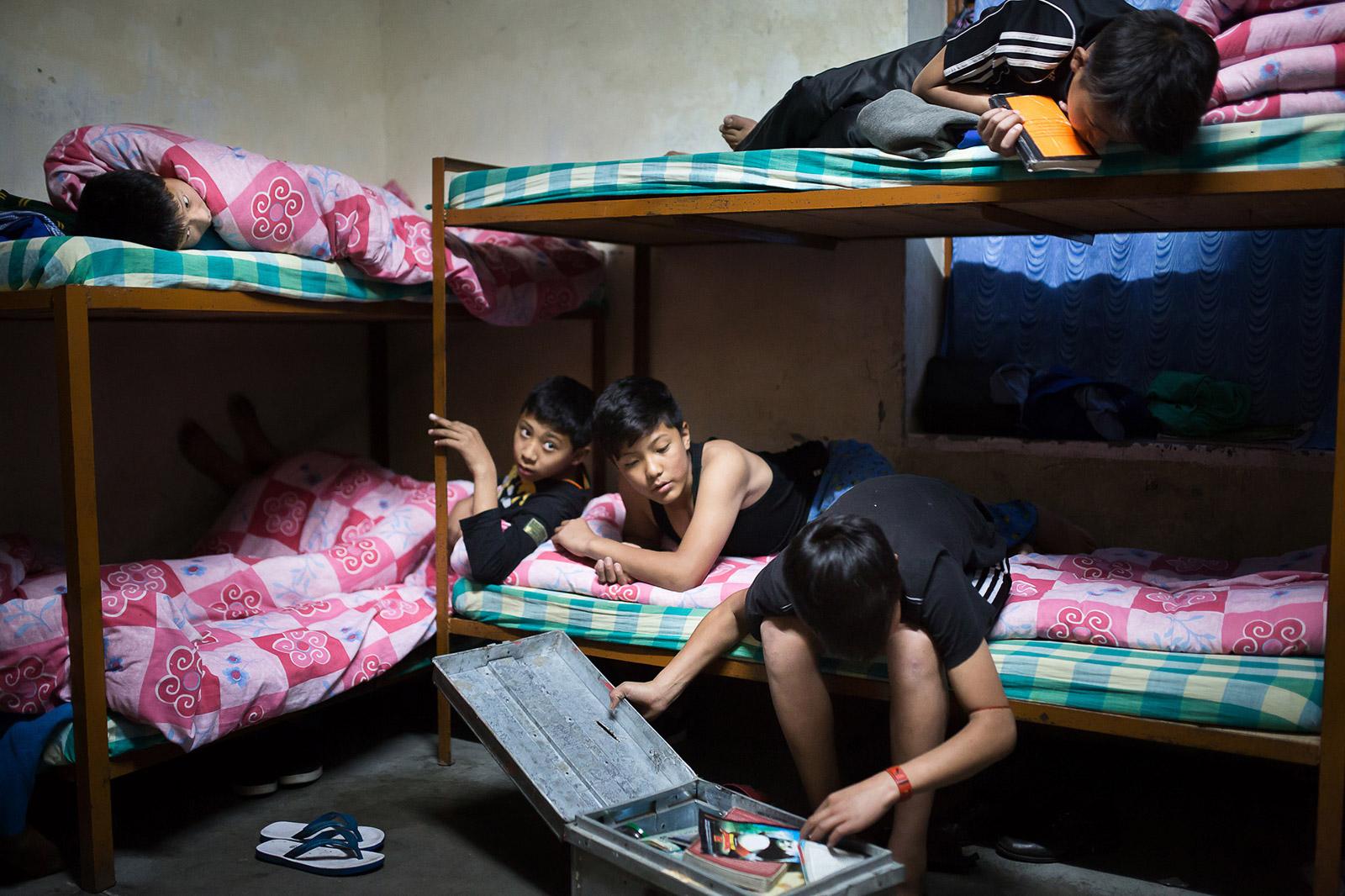 Dans le dortoir des garçons, juste avant de s'endormir, l'un d'