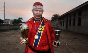 Mwimba Texas avec ses trophées © Aude Osnowycz