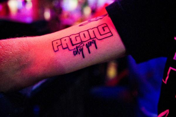 Certains clients francais habitues a venir plusieurs fois par an sur Patong a Phuket se sont fait tatouer sur le bras le logo de la tribu de Seth Gueko, rappeur francais tenant un bar sur Bangla road. © Moland Fengkov