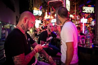 Seth Gueko (a gauche), rappeur francais, patron du Vegas bar, sur Bangla road a Patong, haut lieu de la vie nocturne de Phuket. © Moland Fengkov