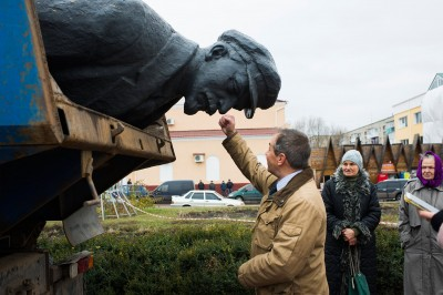 Michel Terestchenko assiste, ravi, à l'évacuation de la statue de Lénine à Hloukhiv, « sa » ville !  © Pete Kiehart