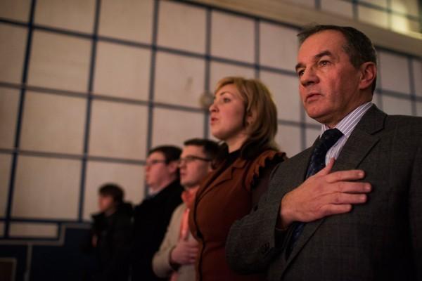 Michel Terestchenko en décembre entouré de ses administrés, entonne l'hymne ukrainien avant un concert folklorique.  © Pete Kiehart