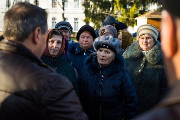 Parmi les missions d'un maire: répondre à ses administrés, ici les babouchkas.  © Pete Kiehart