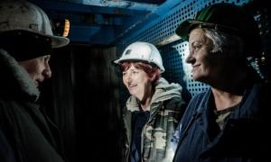 Semsa Hadzo et Almedina Kaljun plaisantent avec un collegue, lors de la descente en ascenseur au fond du puits Sretno. ©Juliette Robert/Youpress/Haytham