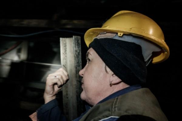 Jasmina descend au fond du puits de Kamenica, sur un wagonet surtout utilise pour le materiel. © Juliette Robert/Youpress/Haytham