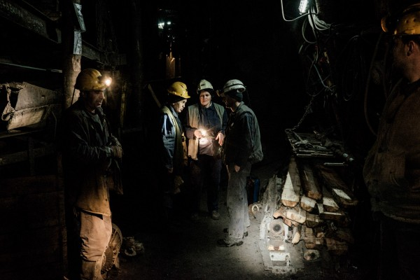 Sada et Jasmina discutent avec leurs collegues dans le puits Kamenica © Juliette Robert/Youpress/Haytham