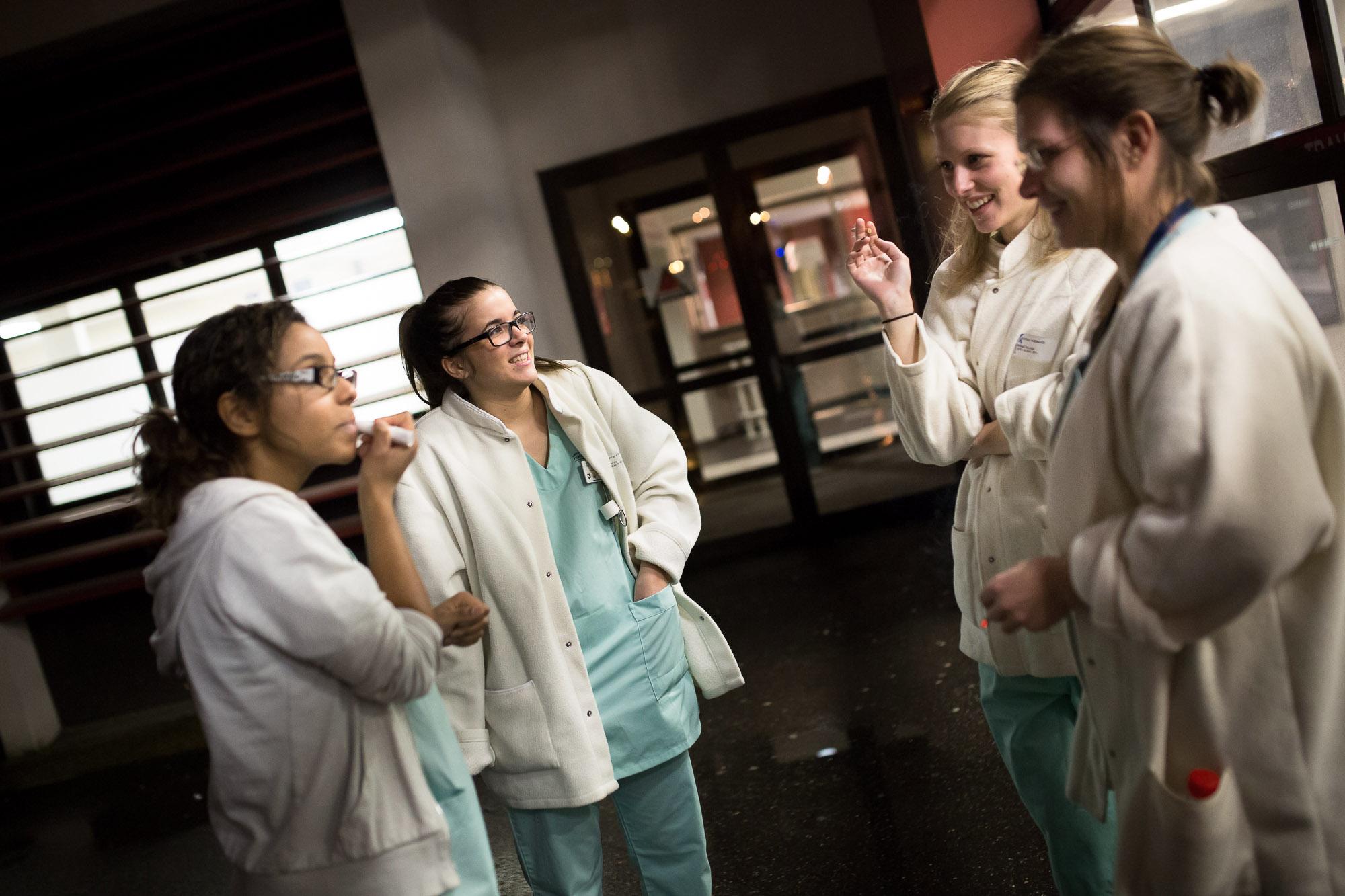 Les infirmières font une pause cigarette devant le service. Ce