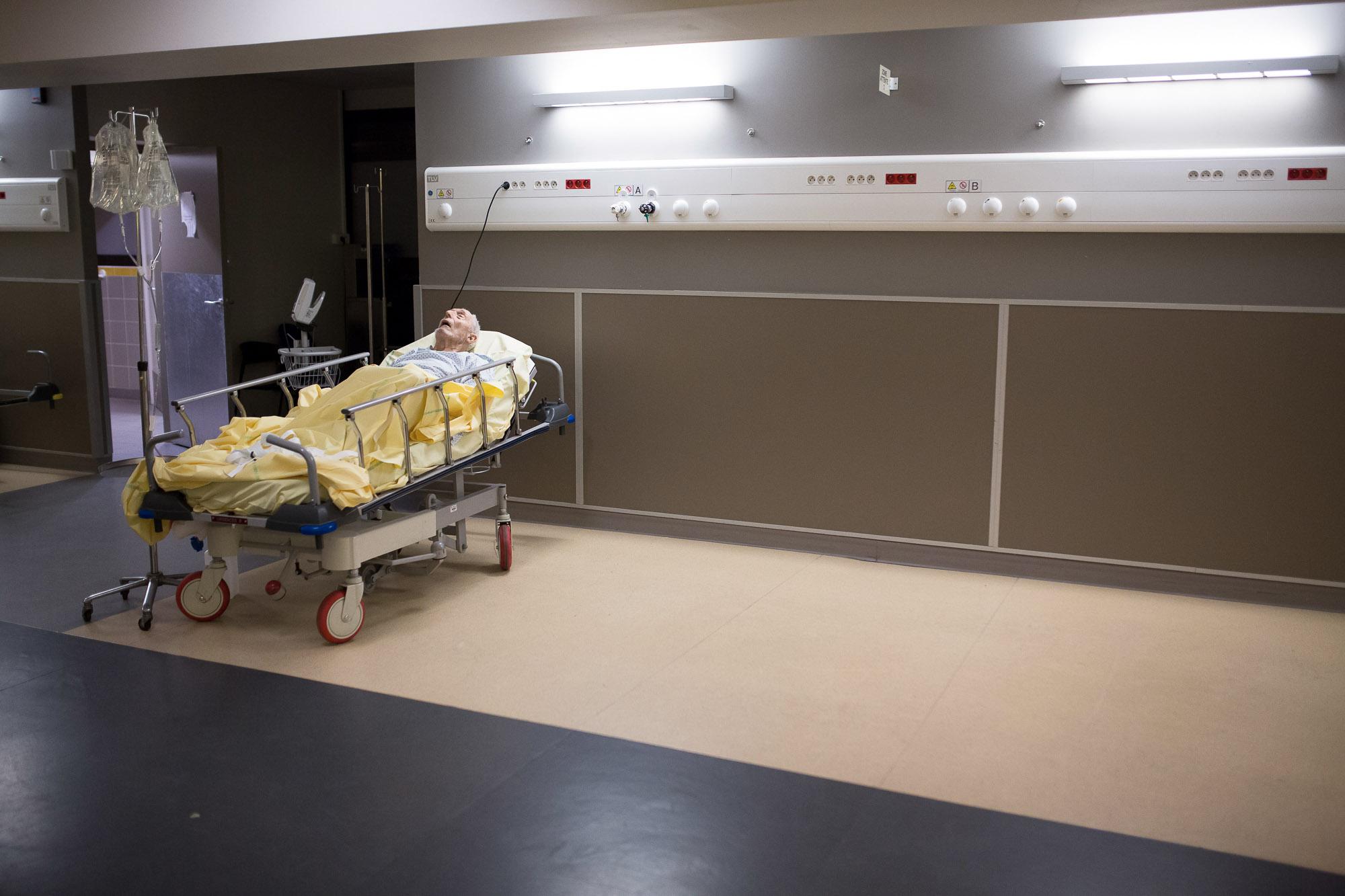 Un patient dort en zone de soin des urgences. Ce service d'urgen