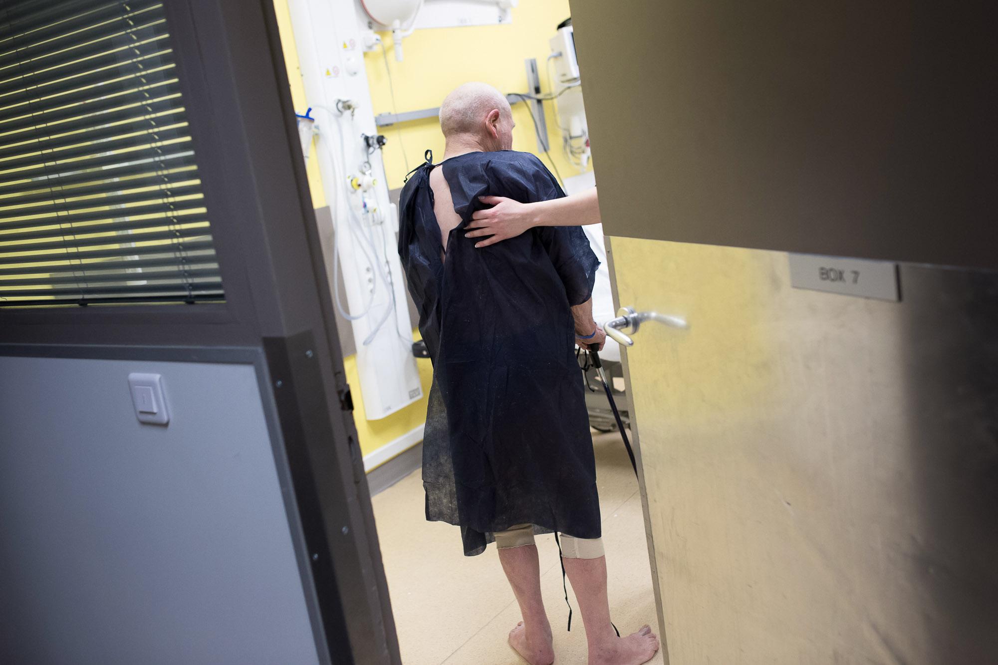 Un infirmière raccompagne dans son box de consultation un patie