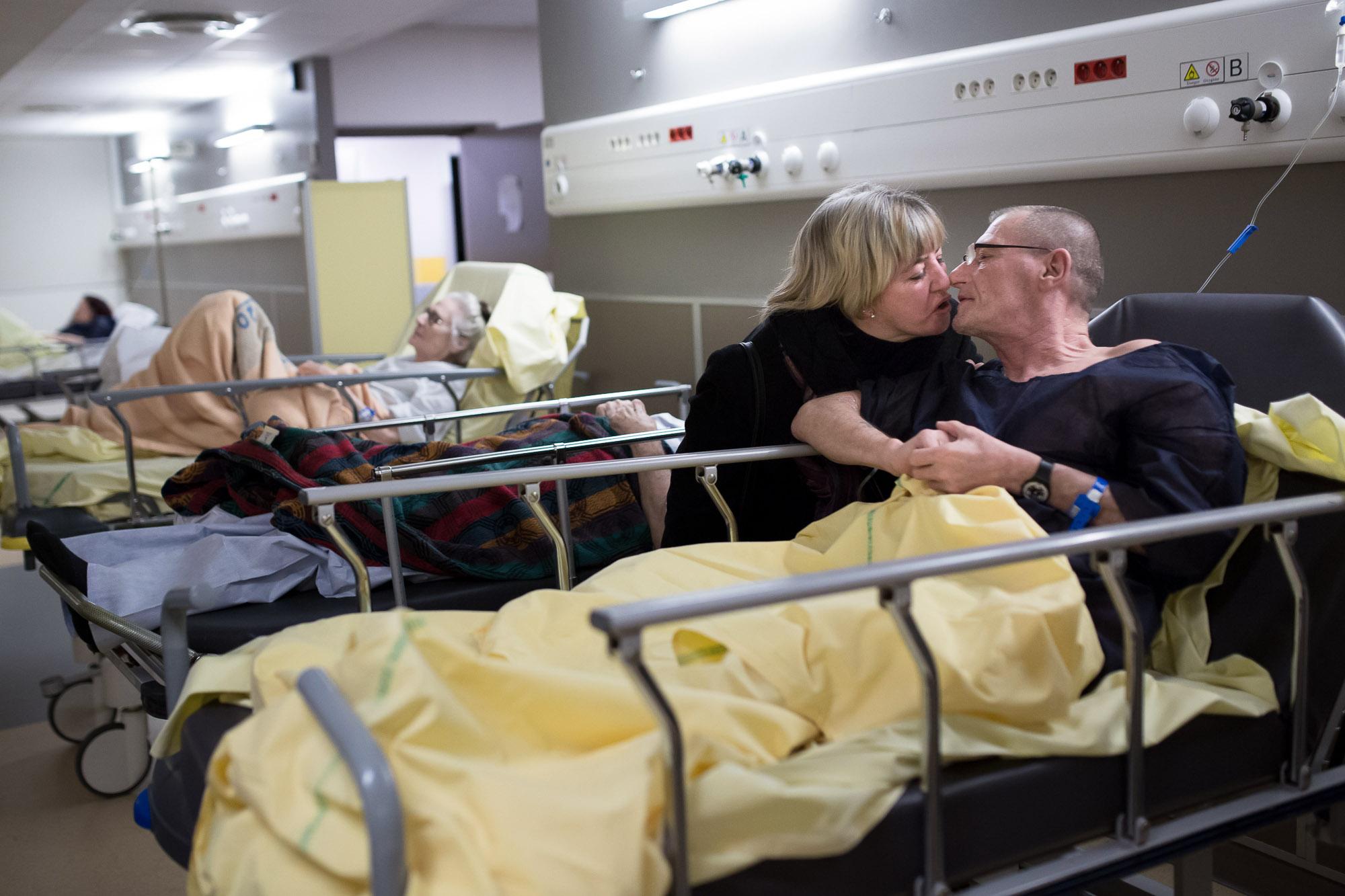 Un couple s'embrasse après que l'infirmière a demandé aux vis